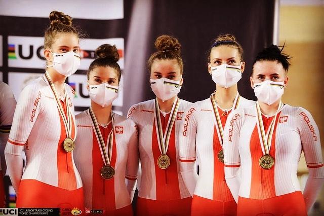 Jesteśmy jedną drużyną! I właśnie ta jedna drużyna składająca się z pięciu dziewczyn z czterech różnych klubów wywalczyła wczoraj medal Mistrzostw Świata w wyścigu drużynowym!!!